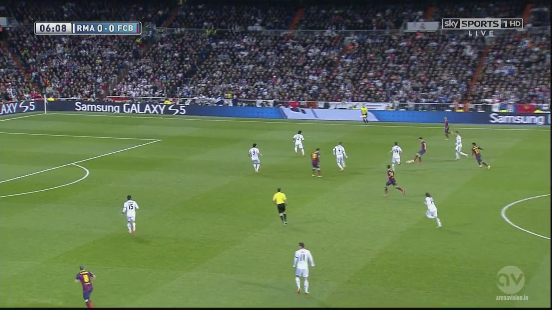 Promené par la circulation de balle Barcelonaise, Xabi Alonso est finalement facilement éliminé par une passe de Fabregas. Ramos doit sortir pour compenser la compensation de son milieu défensif, cassant déjà l'alignement madrilène.