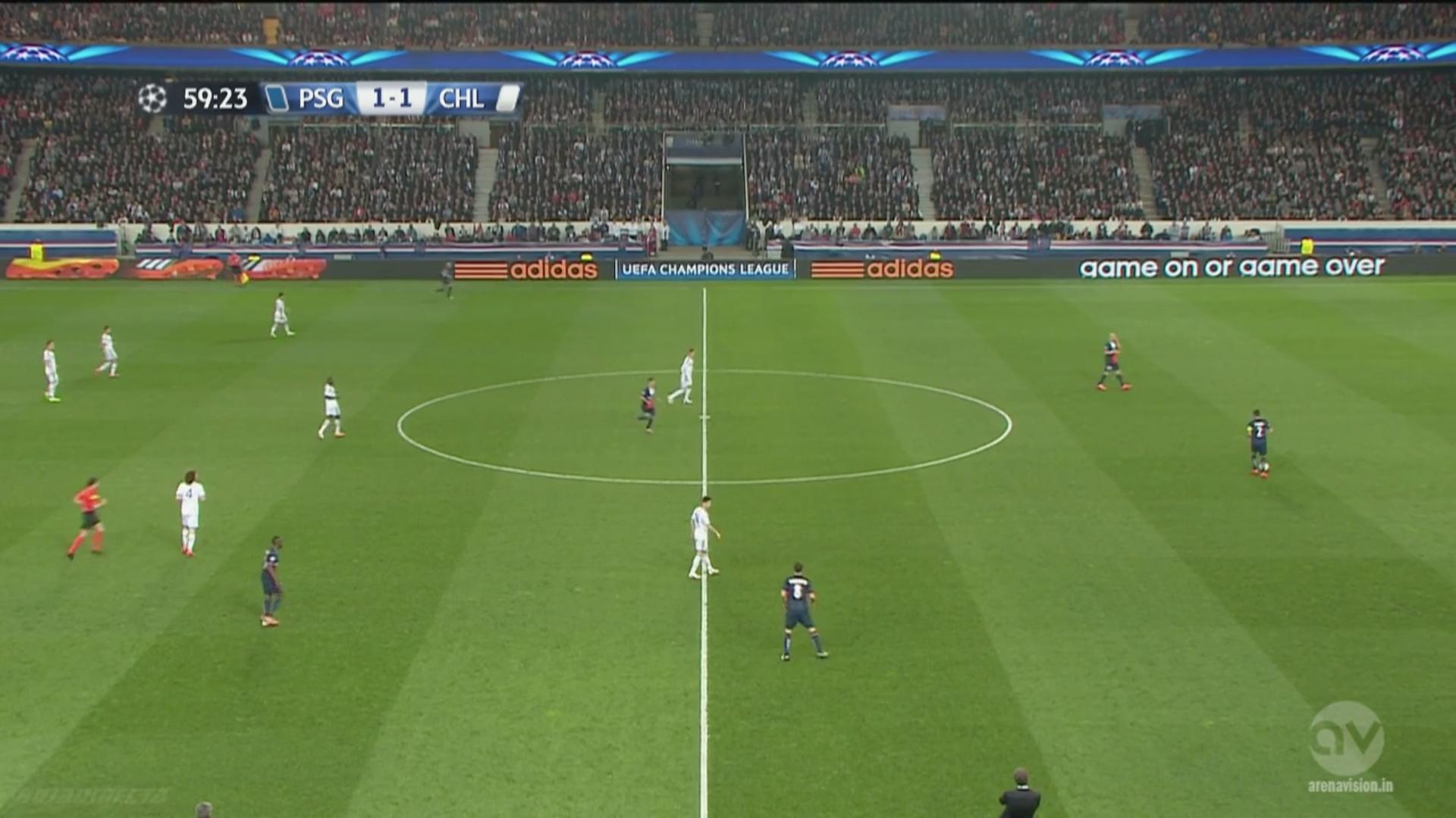 Oscar suit Motta du regard et le marque individuelle. Déplacé latéralement par l'Italien, le Brésilien n'est pas là pour fermer le chemin axiale au PSG, qui saute une première ligne…