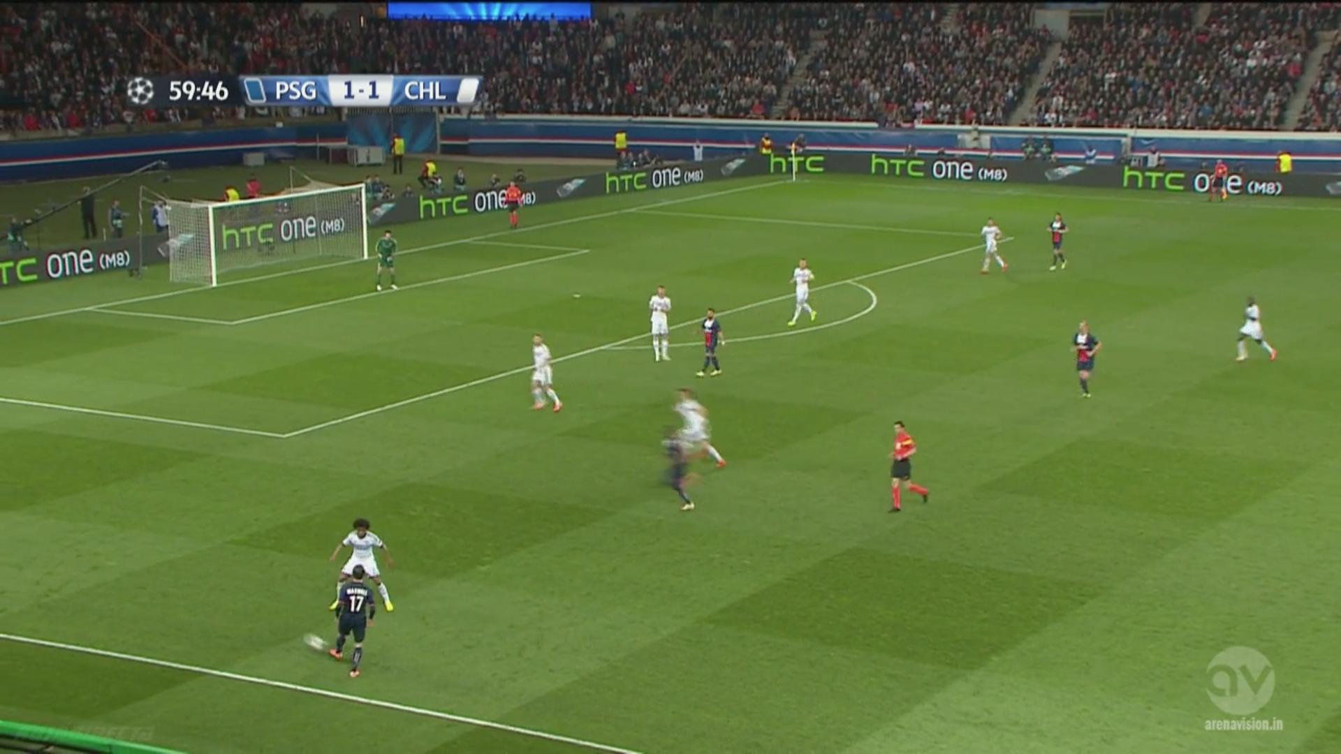 Willian défend intérieur alors qu'Ivanovic resserre dans l'axe. En réalité Chelsea défend plutôt en individuelle et David Luiz doit chasser Matuidi. Son léger retard lui sera fatal, alors qu'il n'y avait pas grand danger.