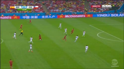 Silva va ici chercher un Costa isolé, plutôt que d'aérer le jeu à gauche, où Iniesta et Alba attendent le ballon.