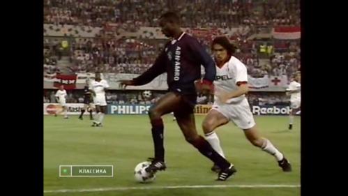 George Finidi protège son ballon sous la pression de Paolo Maldini